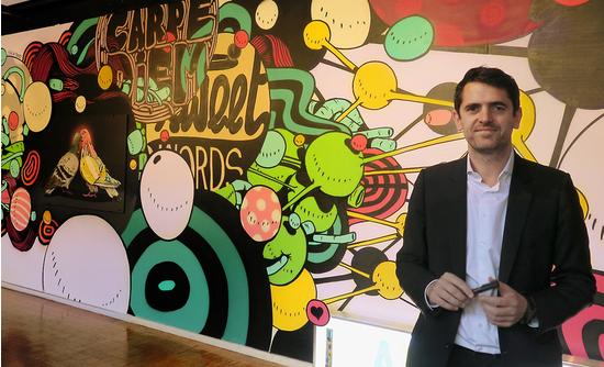 Nicolas Laugero Lasserre devant une fresque de 10m réalisée pour l'exposition par Gris1 et Térez